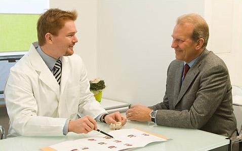 Zahnarzt Dr. Eggerath im Beratungsgespräch
