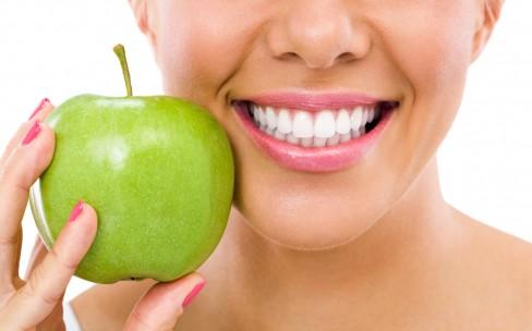 Zahnreinigung - Frau mit Apfel