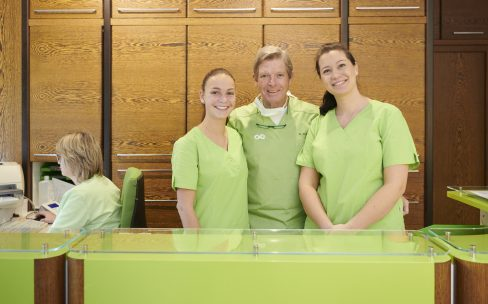 Zahnarzt mit Mitarbeitern in Erftstadt